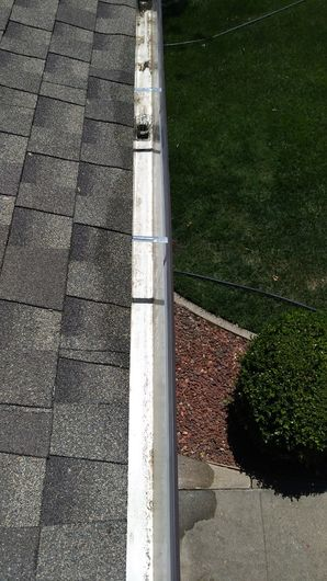 Before & After Gutter Cleaning in Roseville, CA (2)